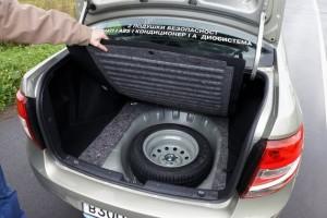 Запасное колесо в багажнике Лада Гранта